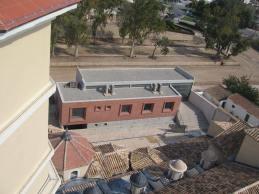 Edificio de locales parroquiales visto desde la iglesia.