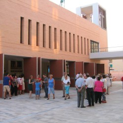 Plaza de la casa, terminada la misa.