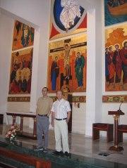 Los arquitectos ante el presbiterio de la nueva capilla.