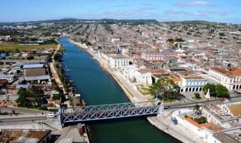 Río San Juan en Matanzas, Cuba. A la derecha la margen norte donde se ubica el edificio.