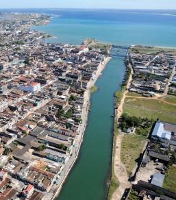 Río San Juan en Matanzas, Cuba. A la izquierda la margen norte donde se ubica el edificio.
