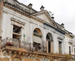 Fachada al río del edificio, con frontón neoclásico
