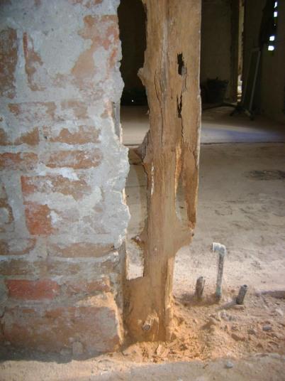 Pie derecho de madera dañado