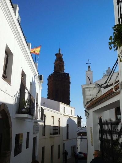 La torre desde calles cercanas.