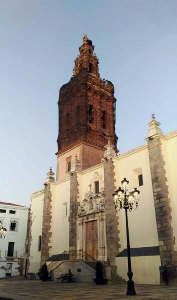 Fachada Sureste a Plaza de España y torre campanario.