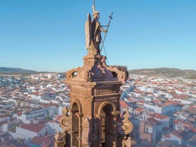 Cuerpo superior con la imagen de San Miguel.